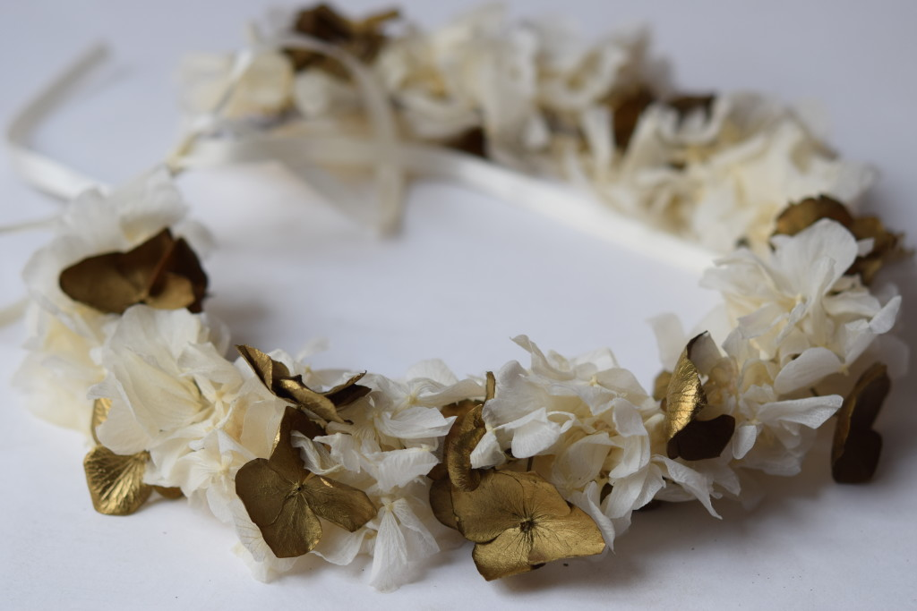 Crown made of white and gold stabilized hortensia